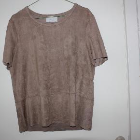 Lækker bluse fra Neo Noir i ruskindslook. Lys brun farve. 90% polyester og 10% elastane. Mål: 50 over bryst og 60 lang.