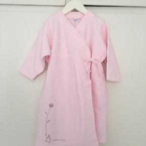Yndig lyserød badekåbe fra Petit Bateau i fleece i str. 2 år. Badekåben har lommer og slå om lukning. Kun brugt enkelte gange og fremstår næsten som ny uden brugsspor.