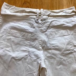 Smarte hvide bukser fra Patriza Pepe med satin bånd. Str. It 44, hvilket svare til medium. Bukserne er aldrig blevet brugt.