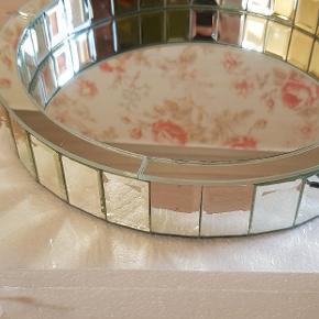 Spejlbakke/bordskål fra DuwaldHome, super smuk, se den evt. på deres hjemmeside. Helt ubrugt, har 2 stk. Nypris pr. stk er 499 kr. Sælges for 225 pr. stk. Fast pris