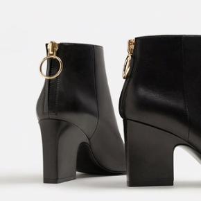 Mango anklestøvler i ægte skind. Aldrig brugt. støvlen har guld lynlås bagtil. Hælen er 8 cm.