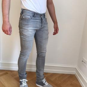 Sælger mine Diesel Tepphar jeans i farven lys grå og størrelsen 27x32. Bukserne er i super fin stand. Ny pris var 1.199kr. Jeg er 178cm til info.