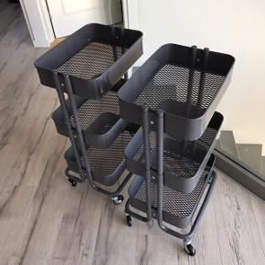 2 stk. rulleborde fra Ikea. Det er den grå model som er udgået. Fejler intet. Næsten ikke brugt. 180,- pr. stk.