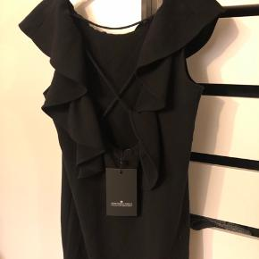 Super sød sort kjole fra designers remix med flæse rundt som går ned på ryggen. Super flot åben ryg med detaljer.  Nypris 1600,- Str. 38 helt ny med mærke! 🌼