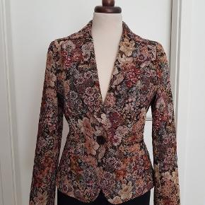 Mød sommeren i smart jakke med den flotteste blomstermønster og i høj kvalitet.