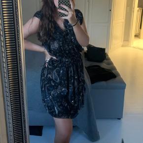 Sælger denne flotte zadig kjole da jeg aldrig har fået brugt den, den er lidt stor i størrelsen men kan strammes ind i taljen