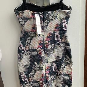 Smuk fest kjole fra Lipsy! Aldrig brugt, stadig med prismærke! Købt i Magasin for 579 kr  Køber betaler ts gebyr