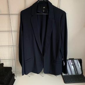 Mørkeblå blazer, brugt en del men i god stand :)   75kr bud eller bytte ♻️