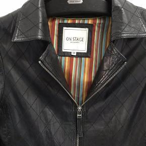 Super fin kort, sort skind jakke med fine lynlås detaljer. Jakken er kun brugt en 2-3 gange.  Jakke skind Farve: Sort