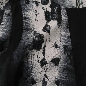 Brystmål ca. 2x46 Længde fra skulderen og ned ca. 62  Jeg tager desværre ikke billeder med tøjet på.