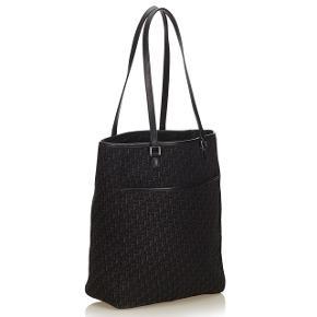 Christian Dior, monogram tote taske. Model, Oblique Canvas Tote Bag. Udført i jacquard monogram kanvas med læderbesætninger, udvendig lomme samt hardware af krom metal. Indvendigt med et stort rum samt inderlomme med lynlås. H. ca. 32 cm, B. ca. 26 cm    Sælges flere steder brugt til 4500-5000 kr