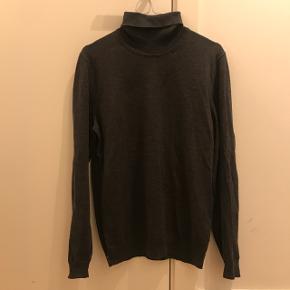 Str. M, 100% virgin uld - grå turtleneck fra Hugo Boss købt i Magasin. Sælger denne trøje da den simpelthen er for lille. Brugt max 5 gange og fremstår, som var den ny.