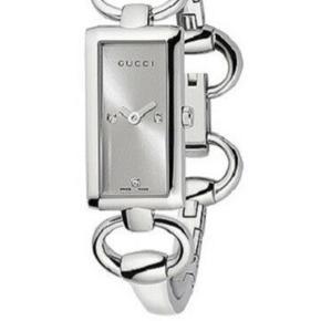 Sælger mit Gucci ur i sølv/stål med perlemorsskive og tre små diamanter. I rigtig god stand.   Ægthedsbevis, ekstra led og kasse medfølger. Kvitteringen har jeg ikke længere.   Sælges da jeg er begyndt at gå med guld i stedet.   Nyt batteri den 31. maj 2019.   Sendes mod betaling af porto (Dao) eller kan afhentes på min adresse.