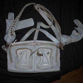 Smuk lyseblå Stine bow nunoo taske, med flettet læder og sløjfer. Brugt, så har mindre brugstegn, men har ingen skader eller mangler.