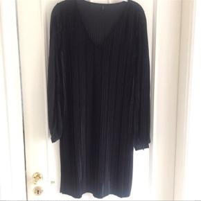 Fin kjole fra fra Only. Løs model med åben slids på ærmerne. Brugt to gange!