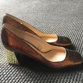 Varetype: Heels Farve: Bronze Oprindelig købspris: 599 kr.  Super flotte sko med chunky hæl. Gode at gå i. Hæl 7cm Bronzes og guld hæl