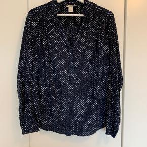 Sød bluse fra H&M - brugt et par gange.  Køber betaler fragt Tager ikke retur