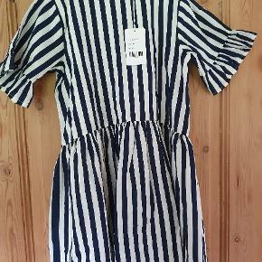 Pompdelux kjole str 146-152 creme med navy striber. NMM 85 kr