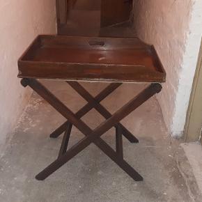 Gammelt bakkebord med patina. B: 50 cm, L: 75 cm, H: 70 cm. Sender ikke