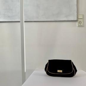 ⚫️Der handles udelukkende via 'Køb Nu' funktionen. Al forsendelse forgår med DAO og det er ikke muligt at mødes og handle. Priserne er faste. Privatbeskeder og kommentarer besvares ikke🖤  ____  Sort kosmetikpung i velour med guldfarvet kanter og logo fra Dior Parfums. Den har et indvendigt for i stof og lukkes med en trykknap. Har brugsspor i velouren.  21 cm bred x 14 cm høj x 10 cm dyb