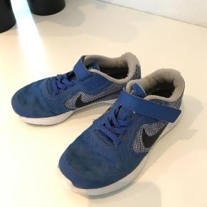 Varetype: Sneakers Farve: Blå Oprindelig købspris: 249 kr. Prisen angivet er inklusiv forsendelse.  Fine Nike sneakers.  Str 31,5 Absolut i den pænere ende af god men brugt