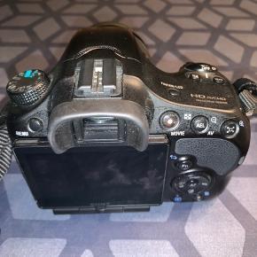 Jeg sælger dette Sony A65 spejlreflekskamera med medfølgende kamerataske.   Kameraet er købt i elgiganten i 2014, kvittering haves dog ikke 😊   - Det er et rigtig fint kamera, som er nemt at betjene også hvis man er nybegynder. Det tager klare og flotte billeder, samt at det også er godt at filme med. Jeg har været rigtig glad for det, men jeg bruger det ikke mere, derfor sælger jeg det 🤗   Prisen er: 1.300kr. Men jeg er åben for realistiske bud. Skambud vil blive ignoreret. Der følger kamerataske med 😉   Skriv for mere information 📸