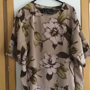 Skøn By Malene Birger kjole. Måler fra ærmegab til ærmegab 54 cm. Længden 92 cm ( lagt lidt op, let at lægge ned igen )  Poly.  Lommer i siderne.