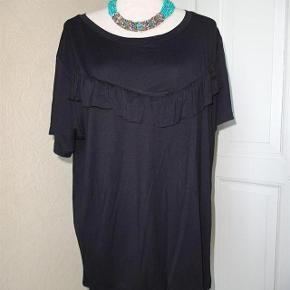 Vrs Varetype: Bluse /Top 50 kr + Porto Ny Størrelse: 2 XL Farve: sort  Bluse/ top sælges fået i gave så jeg kender ikke ny prisen....    (BYTTER IKKE)  Brystmål: 55x2 Længde: 63 Materiale: 5 % Elasthan 95% Viscose .