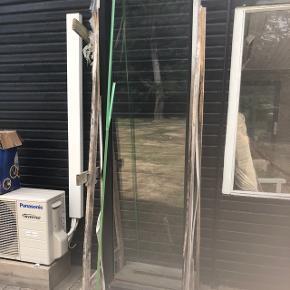 Vindue i flot sort og hvid  ramme står i original transport indpakning aldrig brugt, skal afhentes i Hou. Mål på vindue er:  600 gange 2000. Købt fra spar vinduer ApS . Mærke  softline.. ny pris 1548kr.