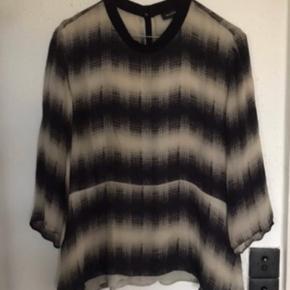 Lækker skjorte bluse i en skøn, blød, mat  100 % Silke.  Angivet som str 42 Passer de fleste - også mig str 38
