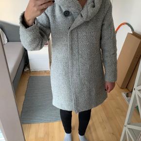 Lækker bamset vinterjakke fra VILA's kollektion sidste år. Den har den største, hyggeligste hætte som gør den dejlig hyggelig at have på. Lukkes med tryk-knapper og der er inderlomme og lommer i hver side foran. Jeg er 171 cm. høj og den går ned om numsen på mig.