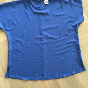 Virkelig fin Vintage bluse. Mærket hedder Toft Fashion. Made in Denmark Str 46 Skøn blå farve  100% polyester