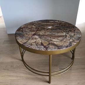 Sofabord med marmor fra Nordal købt til 4295 kr. Diameter på 80 cm. I er velkomne til at byde :)