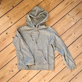 Alm grå sweater med lomme foran