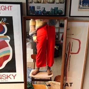 Super fede røde bukser fra H&M i str. 40 🍒 løst fit hele vejen ned, super behagelige om sommeren 😍 højtaljede med bindebånd. I 100% viskose.   Bemærk - afhentes ved Harald Jensens plads eller sendes med dao. Bytter ikke 🐙  💥 Bukser 3/4 bukser trekvart løse loose fit rød