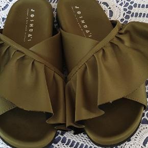 Rigtig flotte sandaler i silkeagtigt stof. Nypris fra idé nyt 1800 kr. Fremstår rigtig flotte. Brugt få gange. Pris er uden porto.