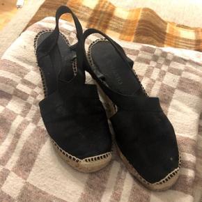Espadrilles fra mærket Andiamo, købt i Sapatos.  God kvalitet, behagelig på fødderne, og i god stand.   Nypris: 760 DKK.  Sender med dao. Se også mine andre varer😊