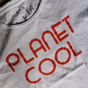 Day samarbejde med Iris Gold. Planet Cool står med orange velour.