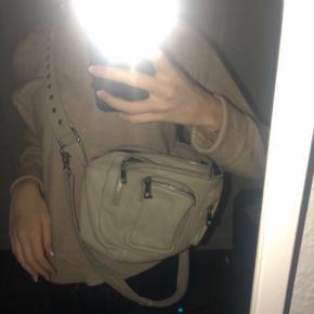 Super lækker Nunoo taske, den fejler intet, og er så god som ny. Den er i farven beige, som man sjældent finder:) BYD gerne