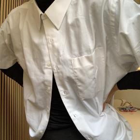 Sælger min hvide oversized skjorte fra ukendt mærke  Den er næsten ikke brugt, og fremstår derfor som ny.   Passes af en str. S-L (alt efter fit)  Sælge for 200kr