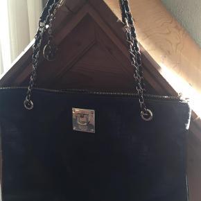 Varetype: Skuldertaske Størrelse: 37 X 28 cm Farve: Mørkebrun  Lækreste DKNY taske. Taske er lidt brugt, står virkelig flot i materiale. 2 lommer indvendig, ingen skader på foer el. andet. Kom med et frisk bud - er frisk på hurtig handel!!!
