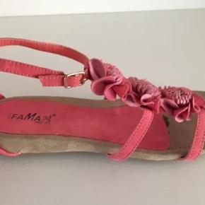 """Brand: Fama Varetype: Sandaler Farve: lyserød  Flotte sandaler.  Jeg har sat dem i kategorien """"Næsten som ny"""", da der ingen brugsspor er på indersålen i sandalerne. Der er ingen slid på sålerne, dog kan man se at på sålerne, at de har været gået med 1 gang.  Se også mine andre sko annoncer fra bl.a. Gabor, Bella Moda, In Yeah og Converse her på Trendsales."""