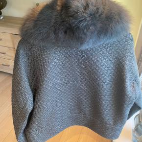 Super fed og lækker Meotine jakke i str l/xl - kraven kan tages af for flere looks og ærmerne kan bukkes op eller tages helt ned. Den er i en fed grå farve og er kun prøvet på. Den er størrelsessvarende.