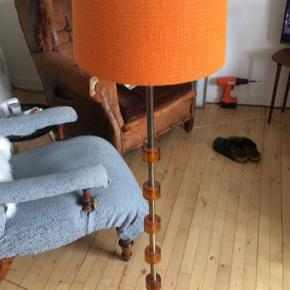 Fantastisk gulvlampe af svenske Carl Fagerlund. Rav-farvet glas og orange hessian skærm. Med patina og slidtage.