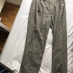 Zara bukser str s - aldrig brugt. Sidder løst elastik i taljen - kan passes af 36-40