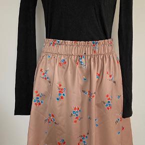 Sød nederdel med elastik i taljen. Aldrig brugt.