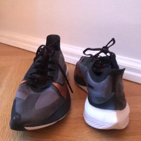 Sælger disse Nike zoom gravity løbesko i str 40 da de desværre er for små. De er brugt 2 gange   Køber betaler fragt   🌈check mine andre annoncer for andet lækkert tøj  ❌ røgfrit hjem  🧡 mængderabat