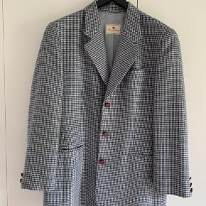 Etienne Aigner Designer uld blazer.  Smukt forret. Købt på retro design marked i NY.  Høj kvalitet og smukt design.  Sendes hvis modtager betaler.