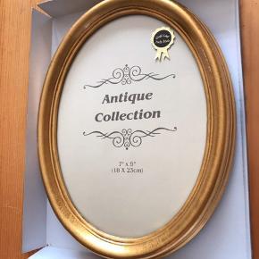 Oval billedramme. Antik/vintage look, bladguldsbelagt solid ramme. Kan stå eller hænges op. Bagside i sort velour.