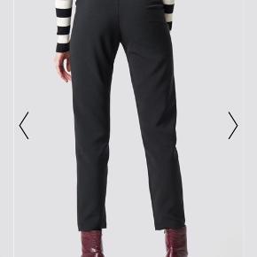 Jeg sælger disse fine bukser fra NA-KD i en str. 34. Modellen på billederne har en str. 34 på. Bukserne er ikke brugt, men mærket er dog klippet af. Ny pris var 290 kr.